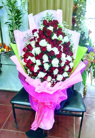 200 Red And White Fresh Roses Hand Bouquet